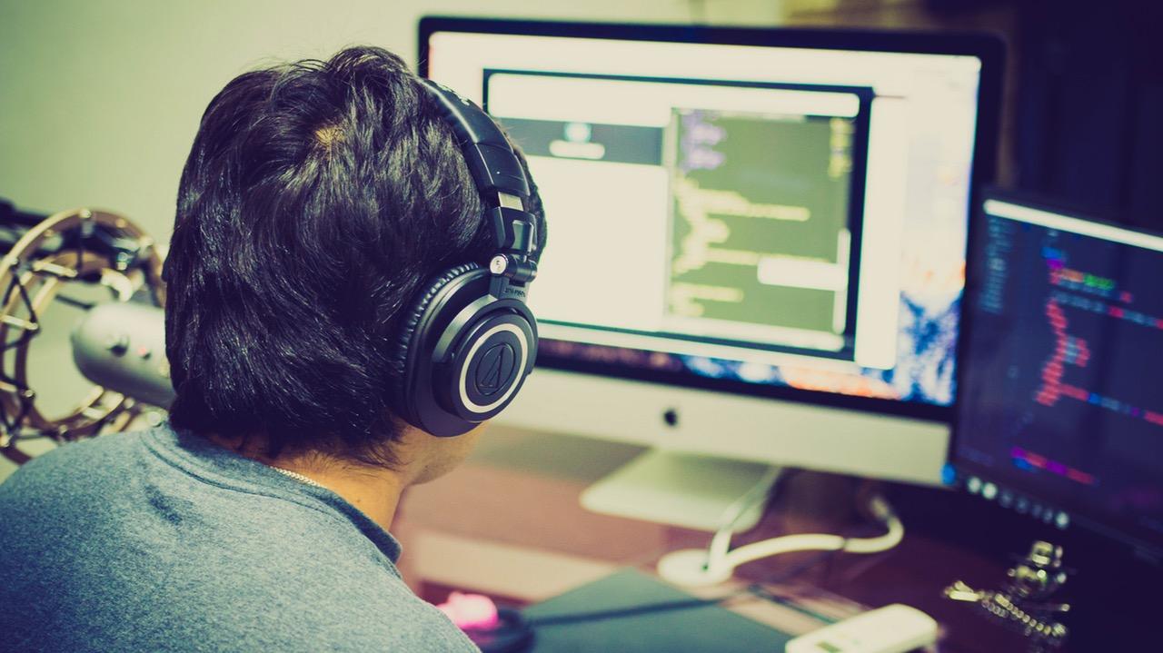 Programmierer am Bildschirm bei der Arbeit